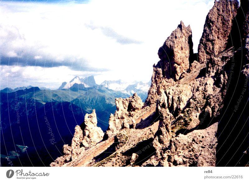 Dolomiten Alpen Wolken grau steil Berge u. Gebirge Felsen Stein blau