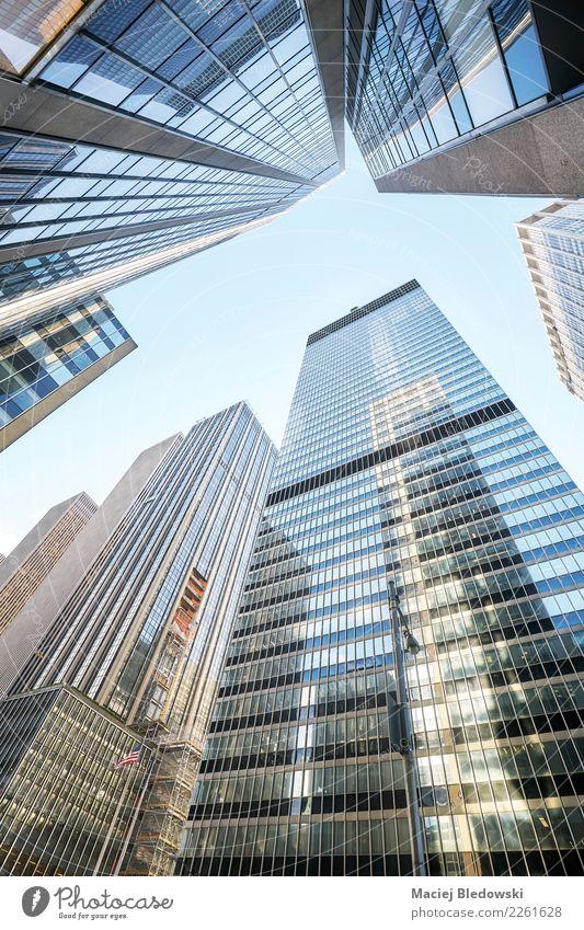 Manhattan-Wolkenkratzern oben betrachten, New York City, USA. Stadt Architektur Gebäude Büro modern Hochhaus elegant Aussicht Erfolg Perspektive kaufen