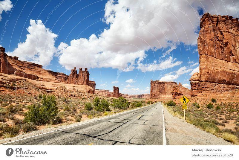 Szenische Straße im Bogen-Nationalpark in Utah, USA. schön Ferien & Urlaub & Reisen Tourismus Ausflug Abenteuer Freiheit Expedition Camping Fahrradtour Sommer