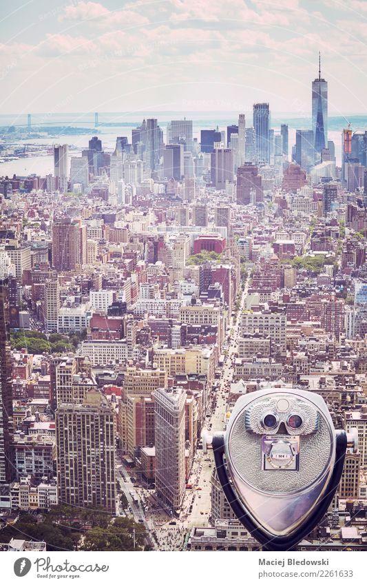 Touristische Ferngläser, die auf Manhattan-Skyline, New York zeigen. Ferien & Urlaub & Reisen Tourismus Freiheit Sightseeing Städtereise Büro Stadt Stadtzentrum