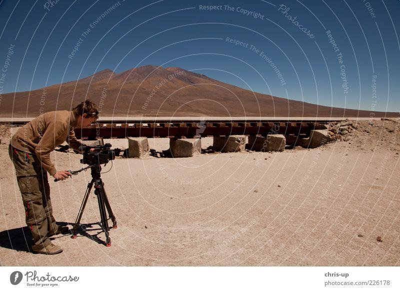 Kameramann in Wüste Mensch Himmel Mann Natur Erwachsene Ferne Umwelt Landschaft Berge u. Gebirge Sand Arbeit & Erwerbstätigkeit Erde Ausflug maskulin Tourismus Eisenbahn