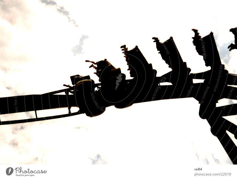 Achterbahn hängend Wolken Jahrmarkt Attraktion Vergnügungspark Dinge Himmel
