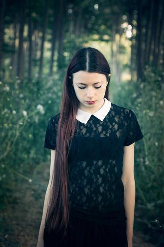 Portrait einer jungen Frau in einer melancholischen Stimmung, in einem Wald Mensch Natur Jugendliche Junge Frau Landschaft Einsamkeit 18-30 Jahre Erwachsene