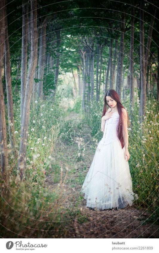 Natürliche Braut Lifestyle Stil exotisch Hochzeit Junge Frau Jugendliche Jugendkultur Gothic Natur Landschaft Frühling Baum Wald authentisch Coolness