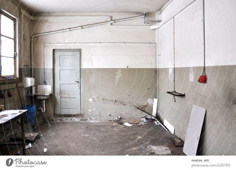 Alter Lagerraum alt Fenster Wand grau Stein Mauer Tür Raum dreckig Autofenster Tisch leer kaputt Bauwerk Fabrik verfallen