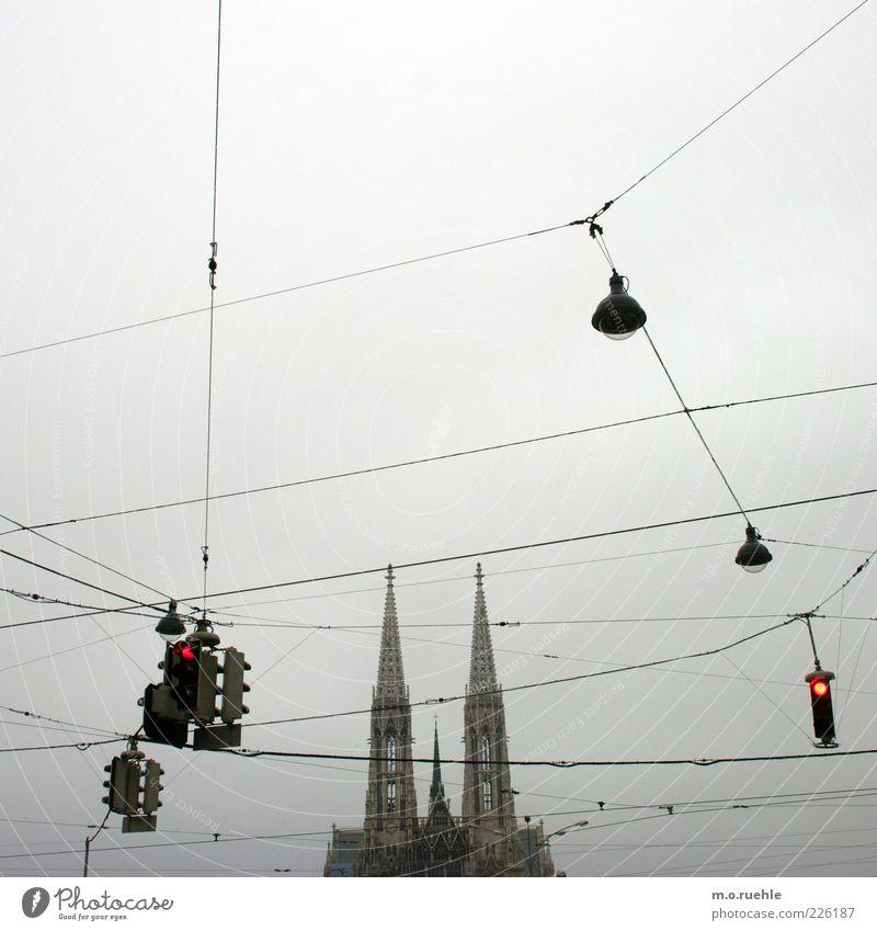 Gebote Wien Österreich Hauptstadt Kirche Bauwerk Architektur Turm Sehenswürdigkeit Votivkirche Verkehrswege Straßenkreuzung Ampel Stein Glaube Religion & Glaube