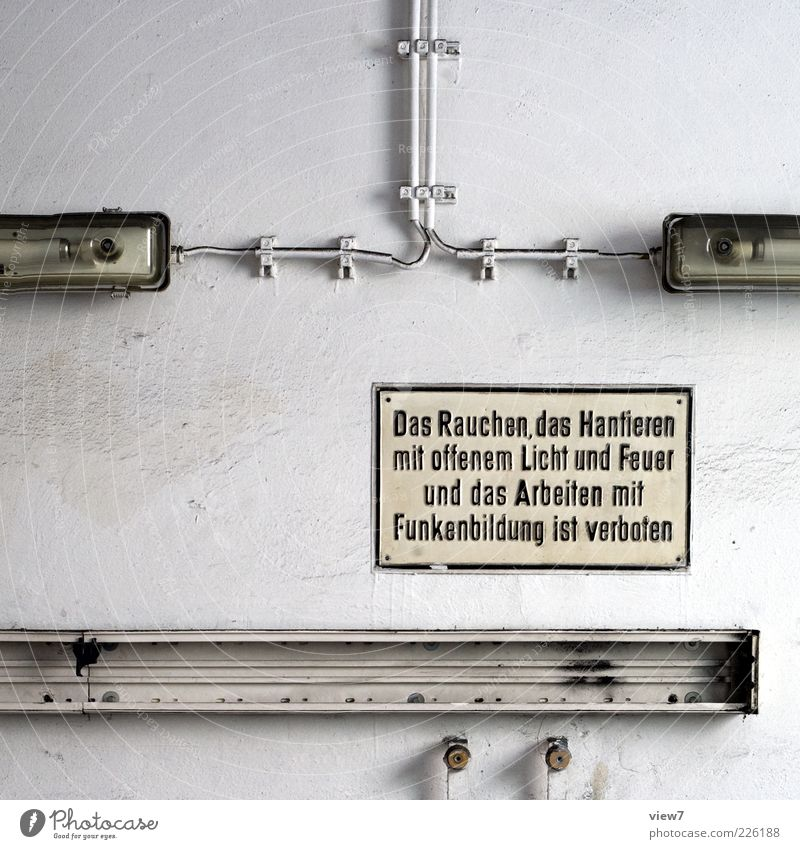 das Hantieren ... alt weiß kalt Wand Stein Mauer Lampe Linie dreckig Fassade Beton Schriftzeichen kaputt Kabel Streifen Industrie