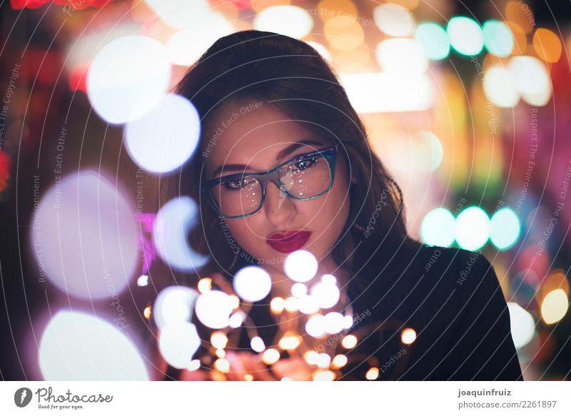 Schönheitsmädchen mit Gläsern mit kleinen Lichtern in ihren Händen Stil schön Gesicht Schminke Frau Erwachsene Hand Mode Accessoire Fröhlichkeit modern Mädchen