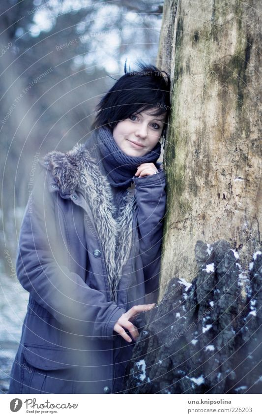winter winds feminin Junge Frau Jugendliche Erwachsene 1 Mensch 18-30 Jahre Natur Winter Eis Frost Schnee Baum Wald Bekleidung Mantel Schal schwarzhaarig
