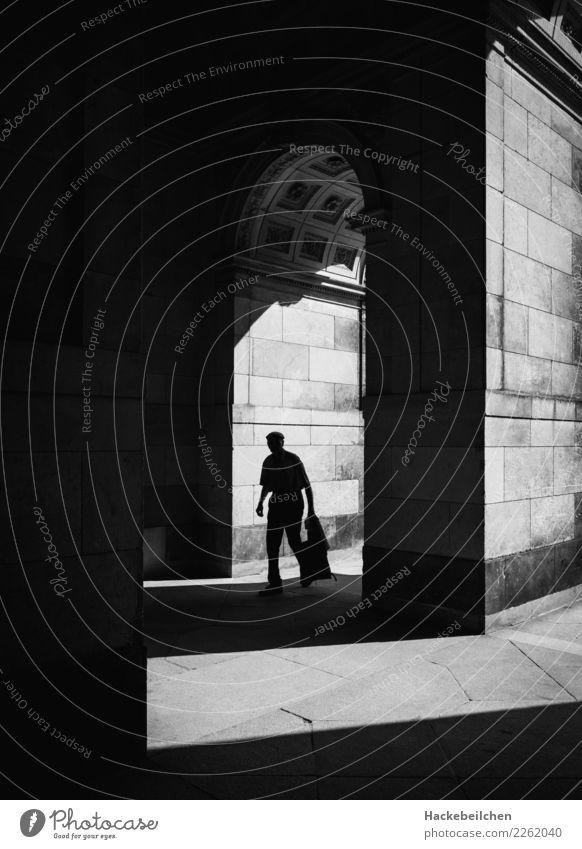 exhausted Mensch weiß schwarz Architektur Traurigkeit Bewegung Kunst grau Stimmung maskulin Körper laufen Bauwerk Burg oder Schloss Gelassenheit gruselig