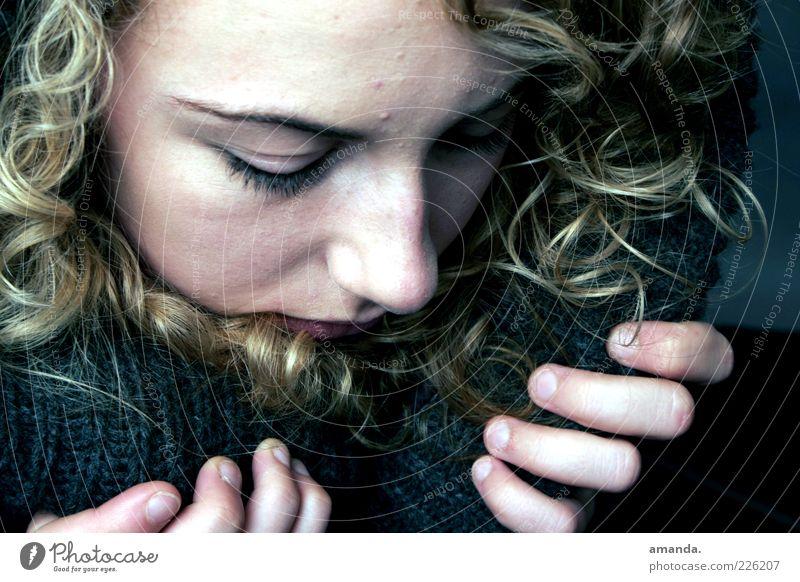Versteckspiel Mensch feminin Junge Frau Jugendliche 1 18-30 Jahre Erwachsene blond Locken Denken träumen Traurigkeit schön kalt natürlich Gefühle Sorge Trauer
