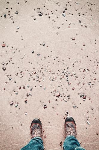 Person in wandernden Schuhen steht auf einem Strand, gesehen von oben. Mensch Natur Ferien & Urlaub & Reisen Meer Lifestyle Freiheit Fuß Sand Textfreiraum