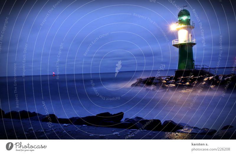 Lichtsignale II schlechtes Wetter Wind Sturm Nebel Ostsee Hafenstadt Leuchtturm Schifffahrt Wasser leuchten blau kalt Farbfoto Außenaufnahme Abend