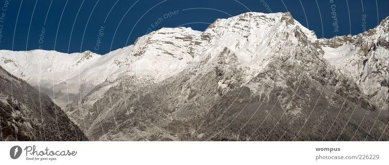Coole Piste Natur Landschaft Himmel Wolkenloser Himmel Winter Schönes Wetter Schnee Hügel Felsen Alpen Berge u. Gebirge Gipfel Schneebedeckte Gipfel blau grau