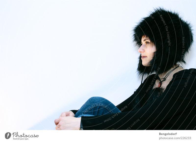 Wintermädchen Mensch Jugendliche schön Einsamkeit Gesicht Stil Traurigkeit Stimmung sitzen Mode Lifestyle Jeanshose zart Schutz