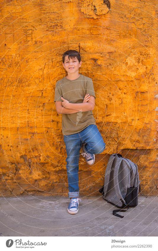Nettes Kind, das mit seinem Rucksack auf dem Boden steht Mensch Mann schön Erwachsene Lifestyle Herbst Junge Glück Schule orange Freundschaft Kindheit stehen