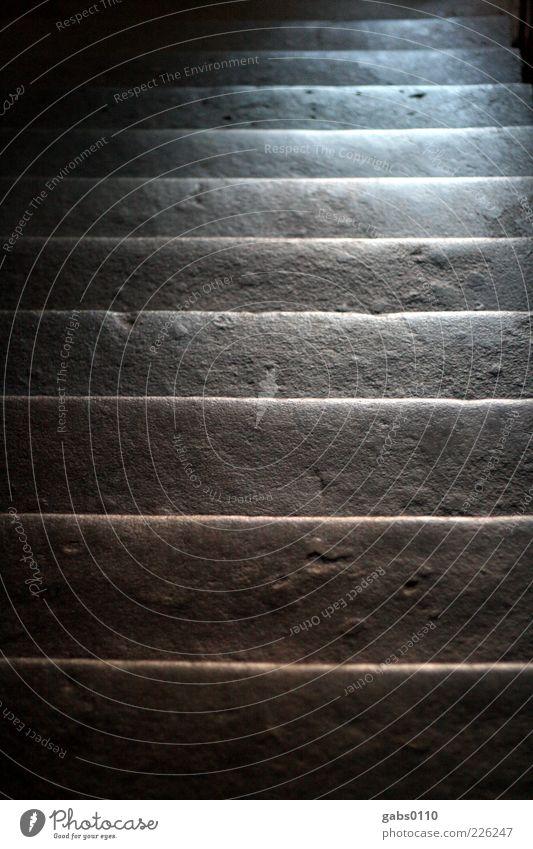 altbau Gebäude Treppe Treppenhaus Lichtschein Wege & Pfade Stein Beton abwärts aufwärts Erfolgsaussicht Tiefenschärfe schwarz weiß grau dunkel Farbfoto