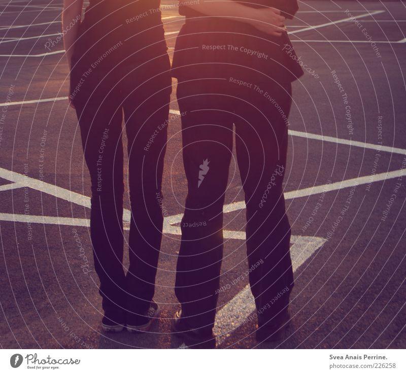 sommerliebe 3. Mensch Jugendliche schwarz feminin Gefühle Erwachsene Beine Paar Linie Fuß gehen Schilder & Markierungen Beton Platz maskulin