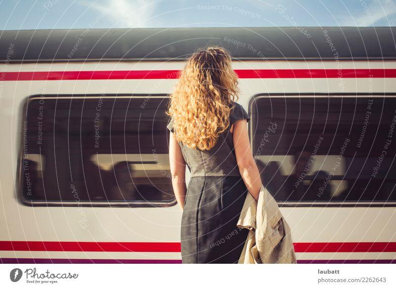 Junge Frau, die auf einen Zug - horizontale Ansicht wartet Ferien & Urlaub & Reisen Stadt Ferne Erwachsene Lifestyle Tourismus Ausflug Verkehr retro Abenteuer