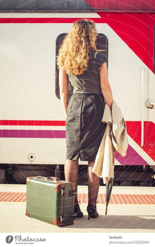Junge Frau, die auf einen Zug - vertikale Ansicht wartet Ferien & Urlaub & Reisen Stadt Ferne Erwachsene Lifestyle Tourismus Ausflug Verkehr Abenteuer warten