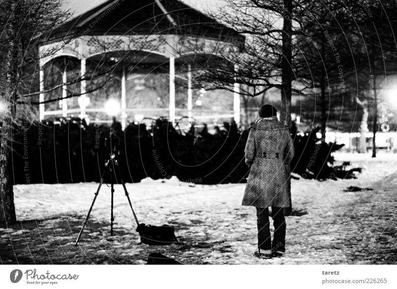 Nachtfotografie Mensch Frau Jugendliche Winter Erwachsene Ferne kalt Schnee Stil Park warten Fotografie elegant 18-30 Jahre ästhetisch nachdenklich