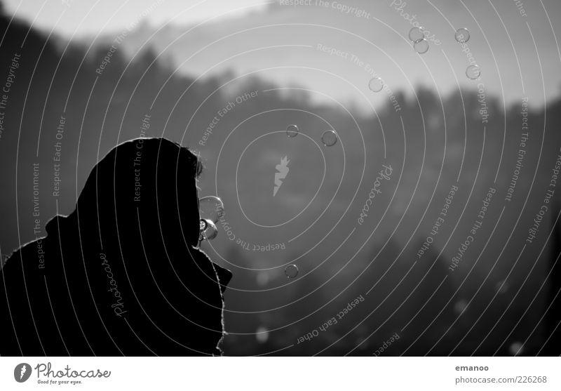 warum nicht? Lifestyle Mensch maskulin 1 rund schwarz ästhetisch kalt Seifenblase Blase Mann fliegen Schweben träumen Traumwelt Schwarzweißfoto Außenaufnahme