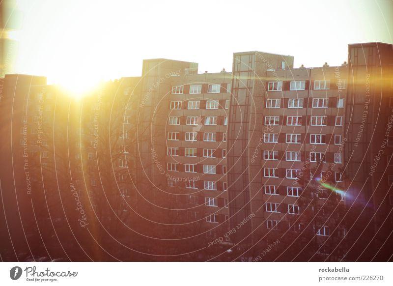 guten morgen, spinner! Sonne Haus Architektur Gebäude Fassade Hochhaus retro Bauwerk Plattenbau Blendenfleck