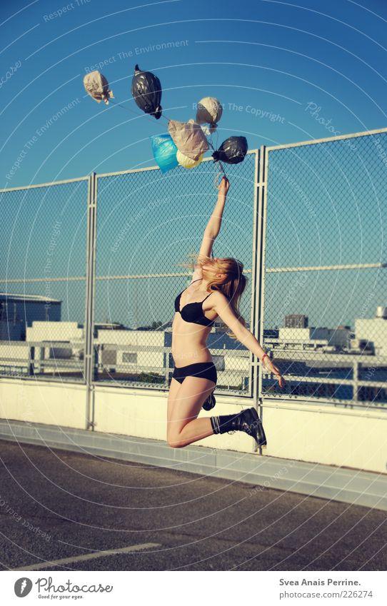 sommer. springen feminin 1 Mensch 18-30 Jahre Jugendliche Erwachsene Beton Luftballon hoch dünn schön Freude Glück Springerstiefel BH Unterwäsche Farbfoto