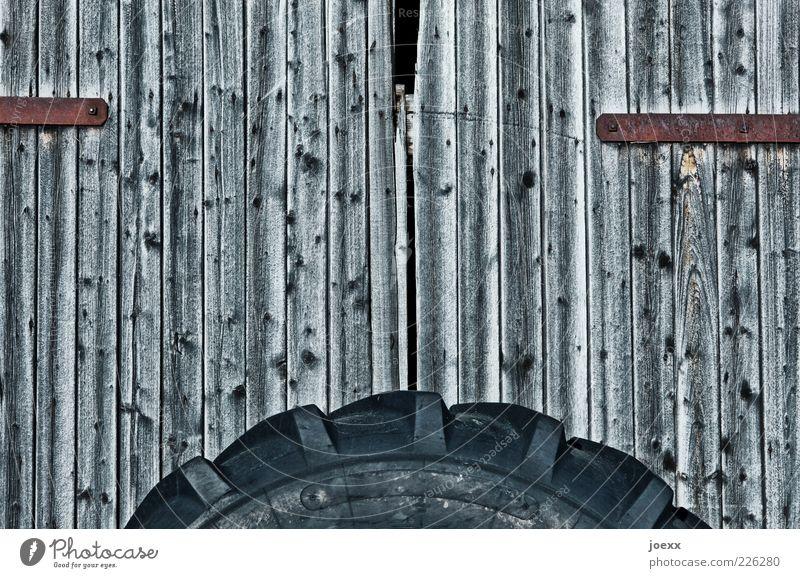 Mobile Scheune Hütte Tür Holz alt grau schwarz Scheunentor Reifen Farbfoto Gedeckte Farben Muster Menschenleer Tag Weitwinkel