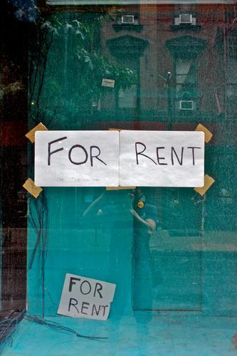 Zu vermieten Haus Fassade Fenster Schaufenster Papier Zettel Englisch Schriftzeichen Schilder & Markierungen Ladengeschäft Farbfoto Textfreiraum oben