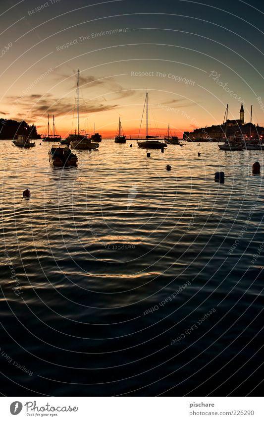 Sonnenuntergänge gehen hier nicht! Wasser Sommer Meer ruhig Ferne Freiheit Wasserfahrzeug Hafen Schönes Wetter Segelboot Kroatien Fischerboot Low Key Jachthafen