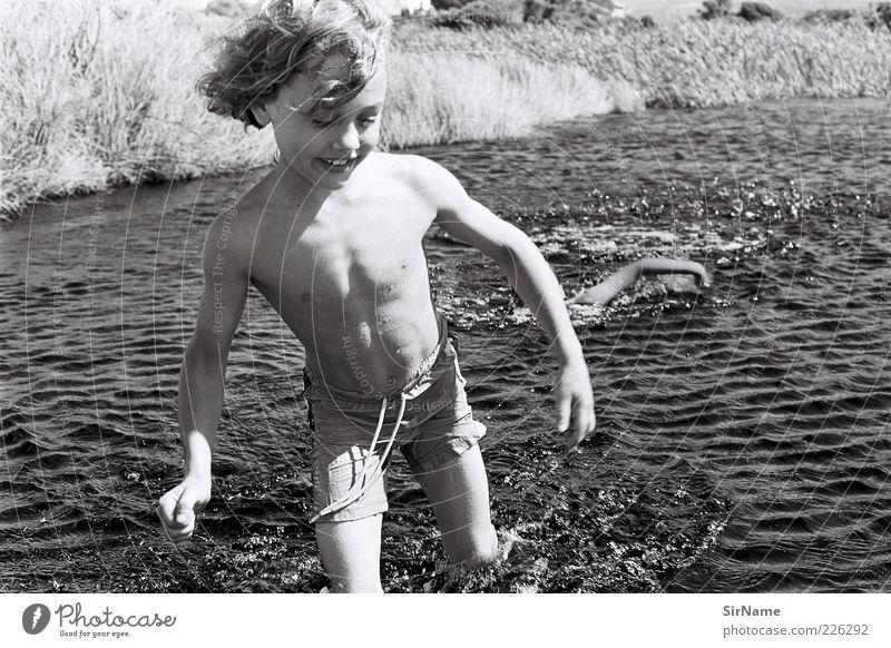 142 [fang mich doch!] Leben Spielen Kinderspiel Junge Kindheit Mensch 3-8 Jahre Wellen Seeufer Meer Jagd Lächeln lachen laufen toben frei Fröhlichkeit