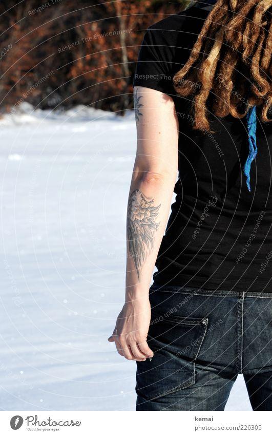 One cold arm Lifestyle Winter Schnee Mensch Frau Erwachsene Leben Haare & Frisuren Arme Hand Gesäß 1 Tattoo T-Shirt Jeanshose brünett Rastalocken Dreadlocks