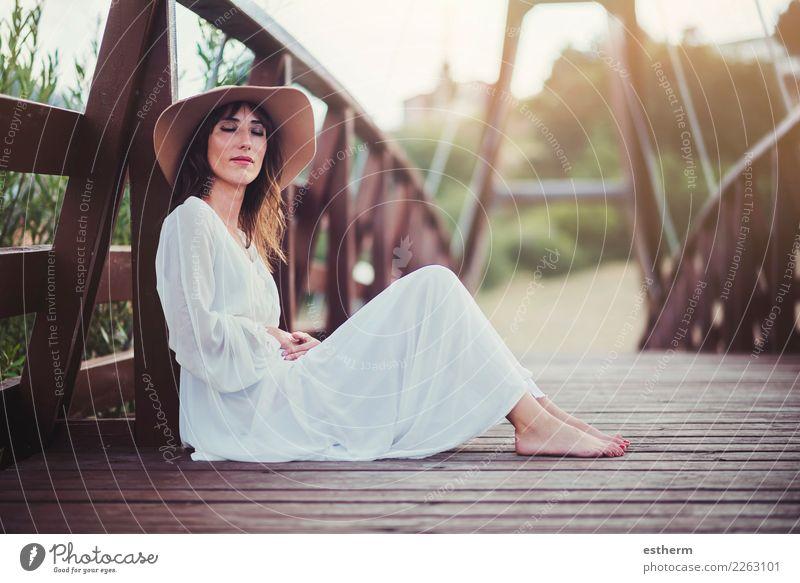 glückliches Mädchen mit Hut Lifestyle elegant Freude schön Wellness Mensch feminin Junge Frau Jugendliche Erwachsene 1 30-45 Jahre Denken Fitness Lächeln