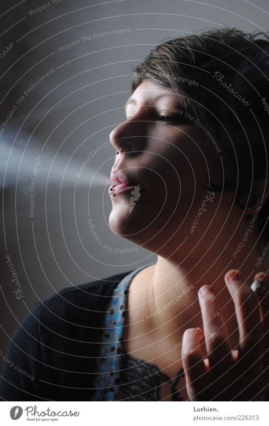 Blauer Dunst Frau Mensch Jugendliche blau schön Gesicht Erholung dunkel feminin Kopf grau Erwachsene ästhetisch Pause Rauchen brünett
