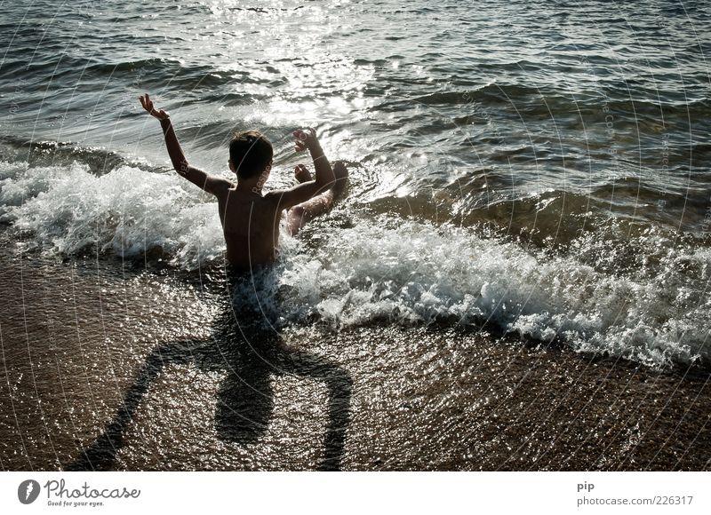 wellnäss Mensch Junge Kindheit Arme 1 Natur Sand Wasser Sommer Schönes Wetter Wellen Küste Strand Meer Schwimmen & Baden warten Fröhlichkeit nass Freude Glück