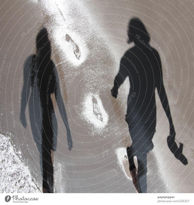 Strandgang Mensch Jugendliche Sommer Meer Ferien & Urlaub & Reisen Erholung feminin Sand Erwachsene gehen nass feucht Fußspur Lebensfreude Schönes Wetter