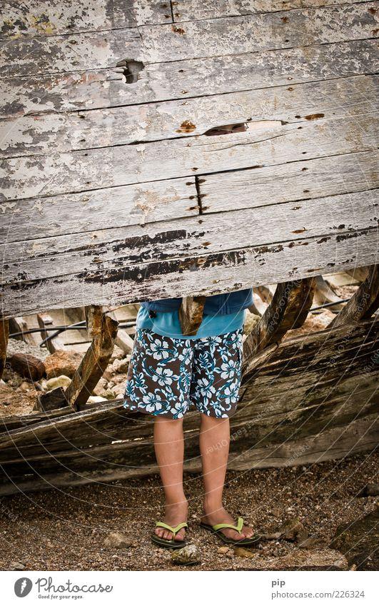 beinfreiheit Mensch alt Ferien & Urlaub & Reisen Auge Spielen Junge Holz Beine Metall Fuß Wasserfahrzeug dreckig Kindheit stehen Rost