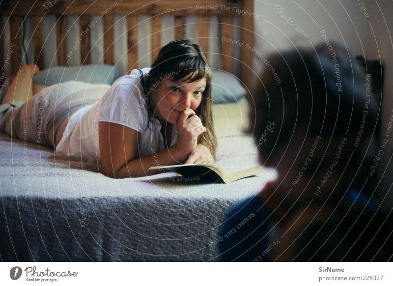 145 [ungestört] ruhig lesen Mutter Erwachsene Leben 2 Mensch 30-45 Jahre liegen Blick Spielen träumen authentisch Freundlichkeit schön einzigartig feminin