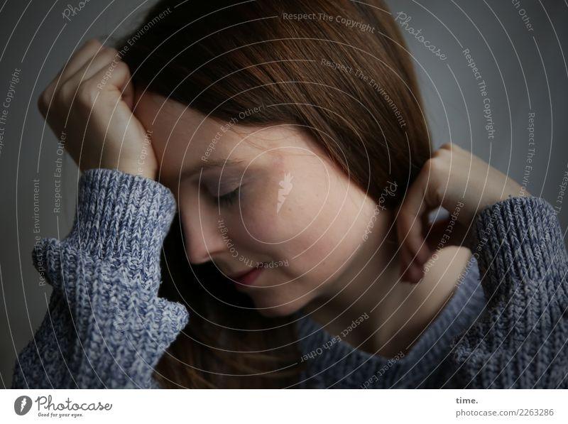 Sandra feminin Frau Erwachsene 1 Mensch Pullover brünett langhaarig Denken festhalten Lächeln träumen dunkel schön Wärme Gefühle Stimmung Leidenschaft ruhig