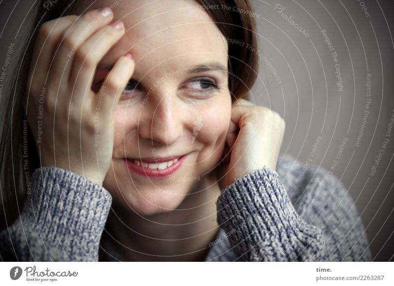 Sandra feminin Frau Erwachsene 1 Mensch Pullover brünett langhaarig beobachten festhalten genießen Lächeln lachen Blick Freundlichkeit Fröhlichkeit Glück schön