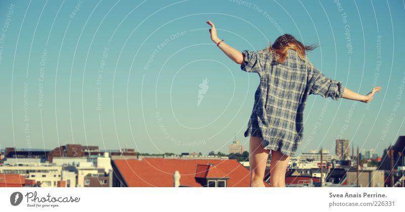 großstadtgeflüster. Lifestyle Freude Glück feminin Junge Frau Jugendliche Gesäß Beine 1 Mensch 18-30 Jahre Erwachsene Stadt Haus Bekleidung Hemd blond Tanzen