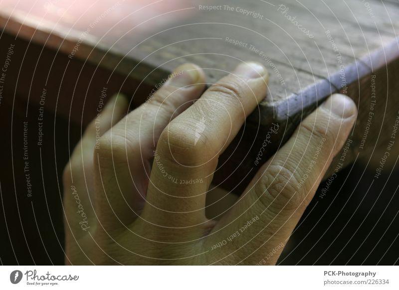 Fingerkante Mann alt Hand Erwachsene Leben Holz Haut Tisch Hilfsbereitschaft Hoffnung berühren festhalten Hautfalten geheimnisvoll Möbel