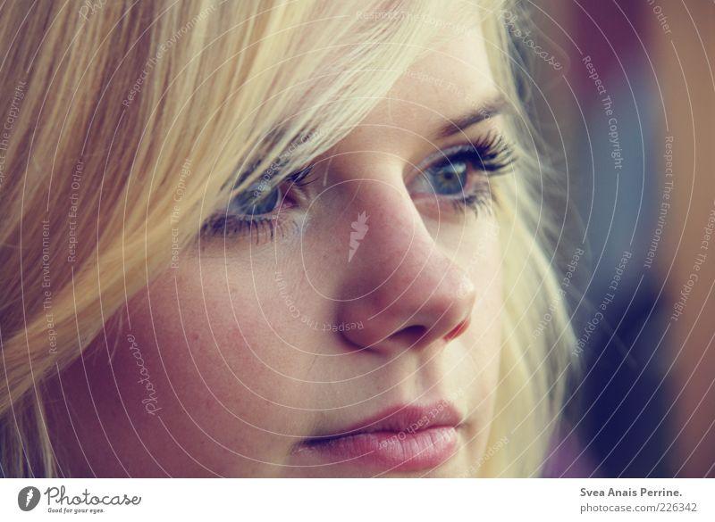 augenblick. Mensch Jugendliche schön Erwachsene Gesicht Auge feminin Gefühle Haare & Frisuren Stil träumen Zufriedenheit blond Nase außergewöhnlich authentisch