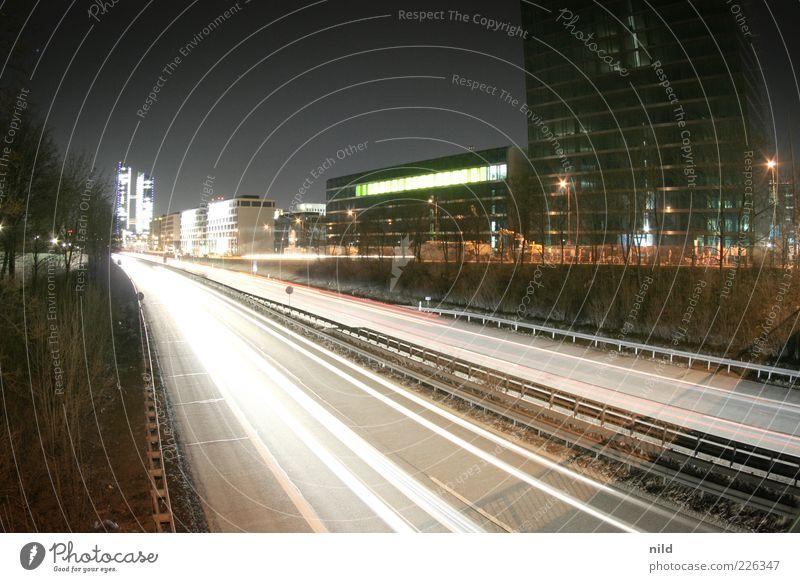 nur noch 568km Stadt Straße dunkel Architektur Bewegung Deutschland Beleuchtung Energie Hochhaus Verkehr Geschwindigkeit München Autobahn Verkehrswege Autofahren Umweltverschmutzung