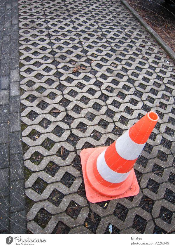 Lübecker Hütchen weiß rot Sicherheit Ordnung Baustelle Verkehrswege Barriere Parkplatz Straßenbelag Warnhinweis Symmetrie Raster Hinweis Verkehrsleitkegel Begrenzung Pflasterweg