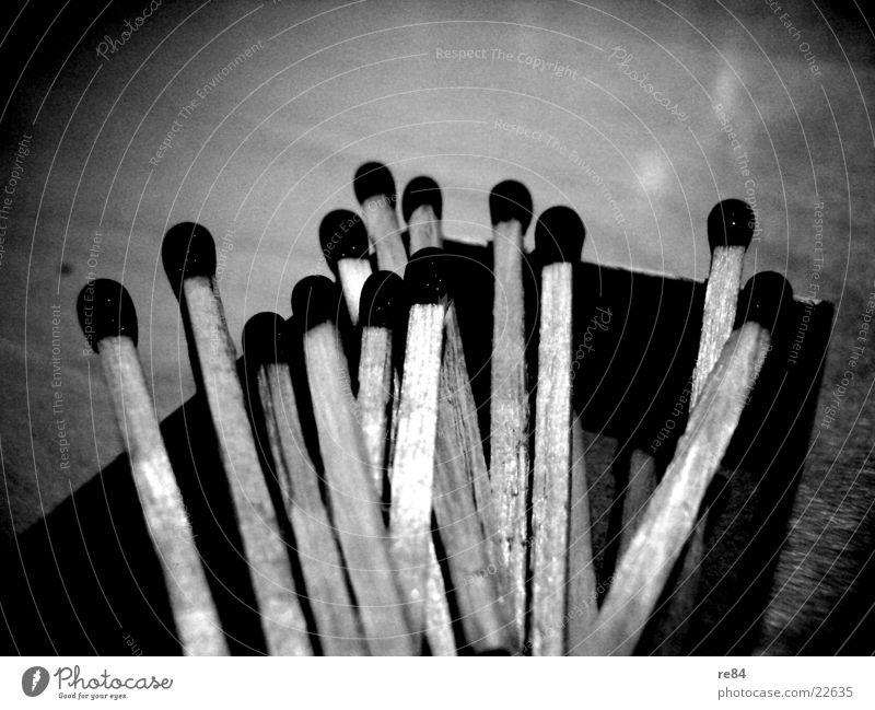 hölzschen part II Holz Streichholz dunkel schwarz weiß Licht Essstäbchen Freizeit & Hobby Kontrast hell Brand Flamme Natur