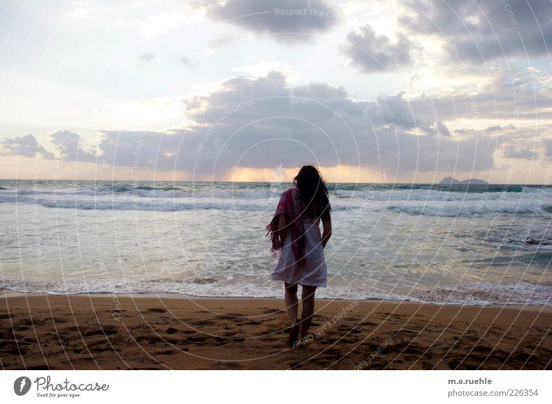 Ophelia Mensch Himmel Jugendliche Meer Sommer Strand Erwachsene Einsamkeit feminin Wellen Horizont gehen Kleid Sehnsucht 18-30 Jahre Schönes Wetter