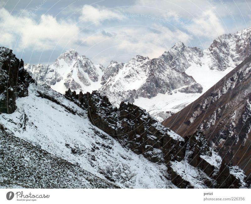 Beeindruckende Bergwelt Umwelt Natur Landschaft Himmel Winter Schnee Felsen Berge u. Gebirge Gipfel Schneebedeckte Gipfel Stein fantastisch Ferne gigantisch