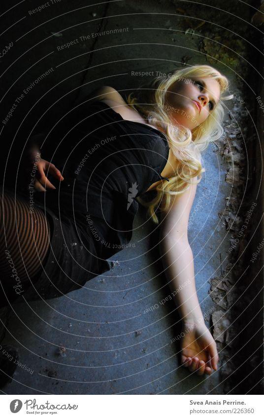 licht und schatten. Mensch Jugendliche schön schwarz Erwachsene feminin Erotik Gefühle Haare & Frisuren Stil träumen Mode Stimmung blond dreckig Arme